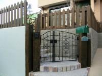 枕木の門柱と門扉のくみあわせ