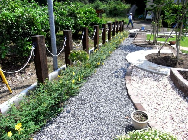 枕木とロープの境界フェンス