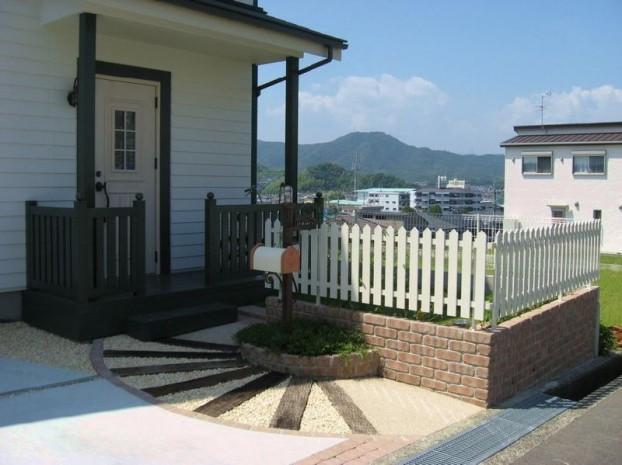 木製玄関ポーチと枕木のアプローチ 【高知市 S様邸】