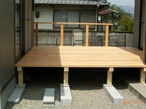 木製デッキ施工中